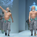 A 79 éves modell ellopta a show-t a Kínai Divathéten!
