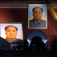 Ünnepek előtt még gyorsan lecserélték a 1,5 tonnás Mao portrét a Tiananmen téren
