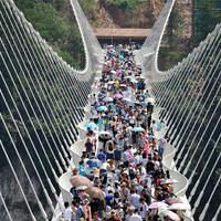 Átadták a nagyközönségnek a világ leghosszabb és legmagasabb üvegpadlós hídját