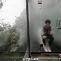 Átlátszó falú nyilvános WC-t adtak át Közép-Kínában