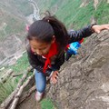 Újságírók is megmászták a 800 méteres sziklát, amin kínai gyerekek jutnak el az iskolába