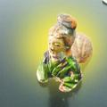 Na, így kell pisilni! - Egy kínai férfi a vizeletével mosott ki a földből egy több mint ezer éves szobrocskát