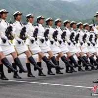 Külön alakzatban debütálnak a kínai díszőrség nőkatonái a pekingi parádén