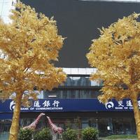 Egy kínai bank arany fákat állított egyik fiókja elé