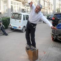 Kicsit lökött kínai úr 200 kilós cipőben sétál