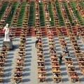 Több ezren vizsgáztak az udvaron egy kínai iskolában - a tanárok látcsővel figyelték a diákokat