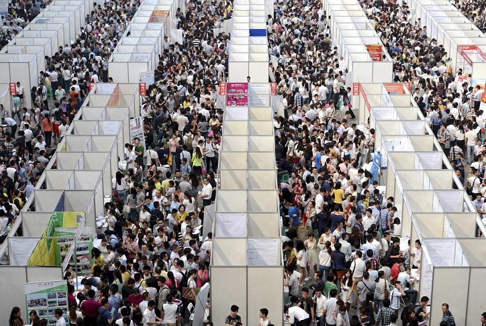 Chongqing, Délnyugat-Kína - ezrek tolonganak az állásbörzén