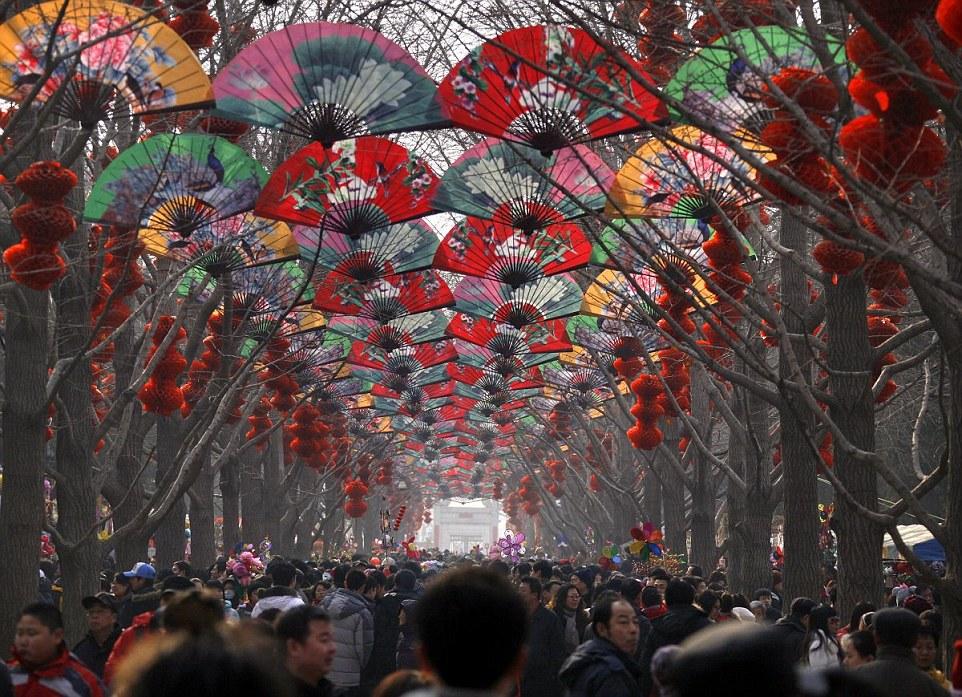 Peking - a Kínai Újév ünneplése a feldíszített utcákon