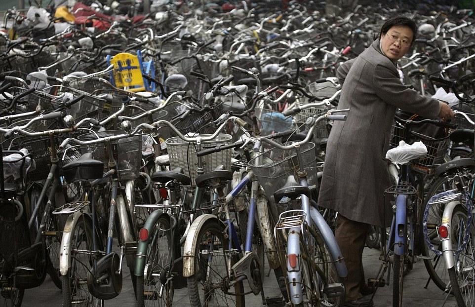 A kerekek és kormányok erdejében sikerült megtalálnia a saját bicikliéjét ennek a pekingi hölgynek