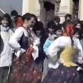 Zenészek és táncosok a főtéren