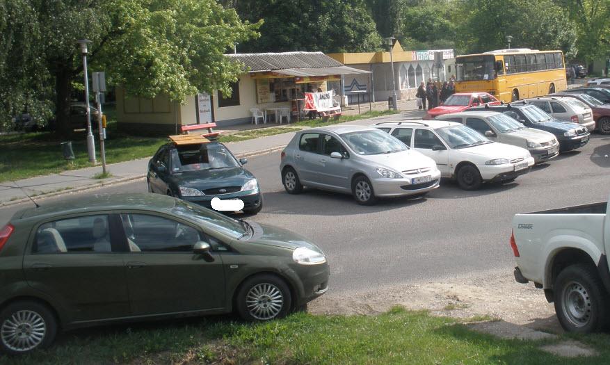 Körözés parkolóhelyért..