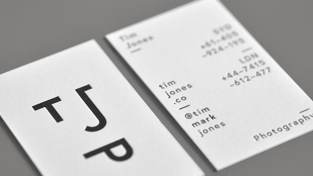 Fekete-fehér névjegyek