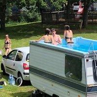 Lakókocsiból mobil medence