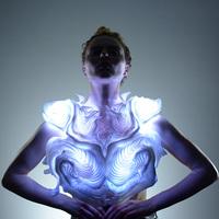 Bodyscape, a fényben úszó ruha