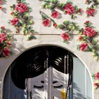 Hímzett virágok épületeken
