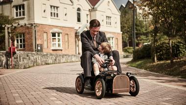 Gyönyörűen kidolgozott elektromos autó gyerekeknek
