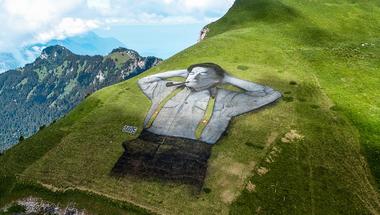Hatalmas, pipázó alak a svájci hegyekben.