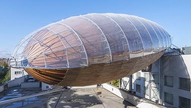 Egy Zeppelin landolt Prágában