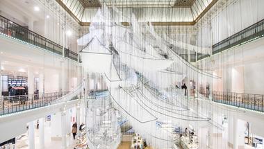 Kusza installáció egy párizsi üzletházban