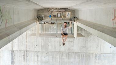 Apró iroda egy híd alatt