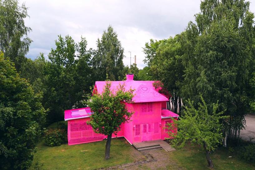 olek-pink-house-crochet-designboom-01.jpg