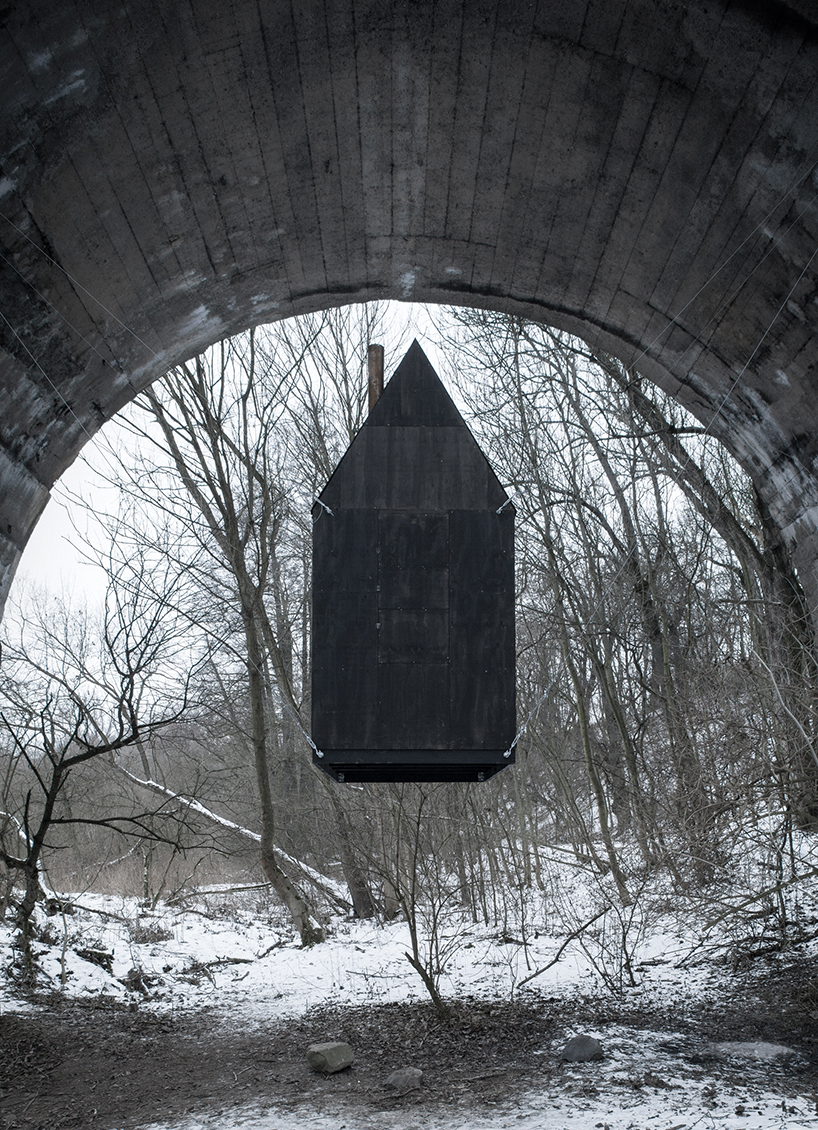 h3t-architekti-flying-black-house-designboom-05.jpg