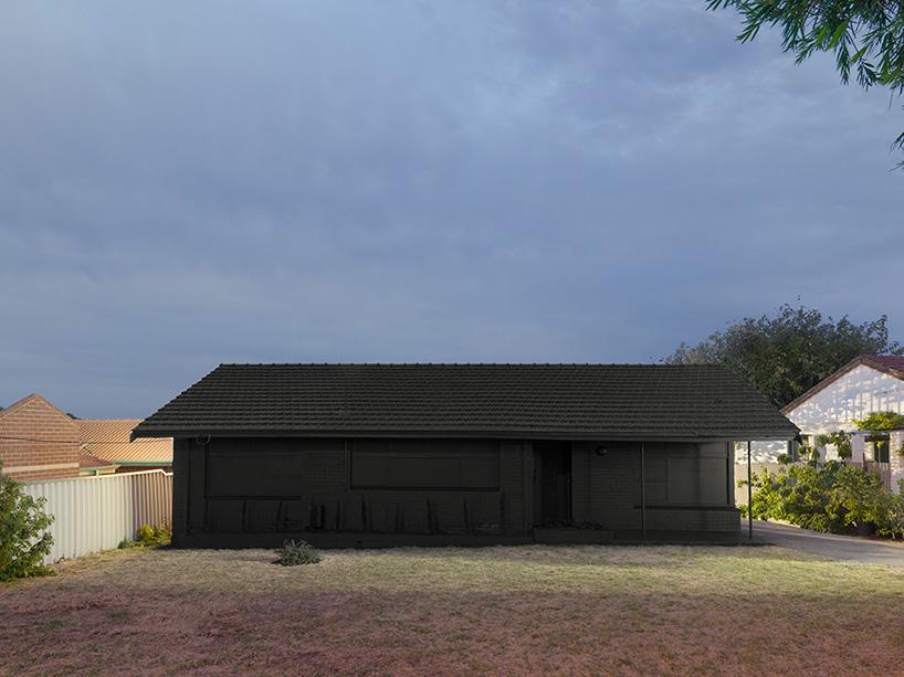 ian-strange-back-to-black-australian-suburbs-designboom-03.jpg