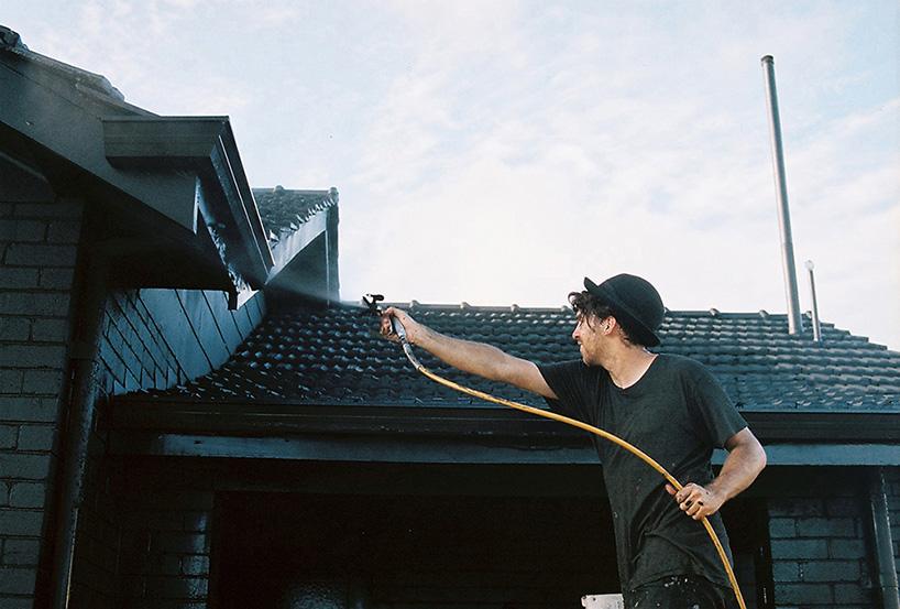 ian-strange-back-to-black-australian-suburbs-designboom-05.jpg