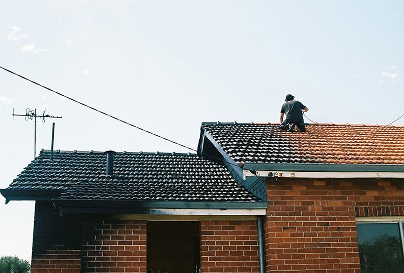 ian-strange-back-to-black-australian-suburbs-designboom-06.jpg
