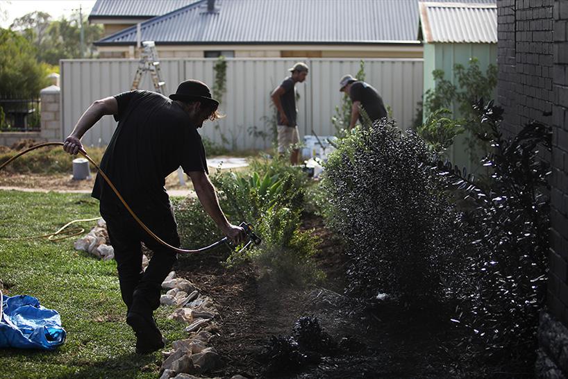 ian-strange-back-to-black-australian-suburbs-designboom-08.jpg