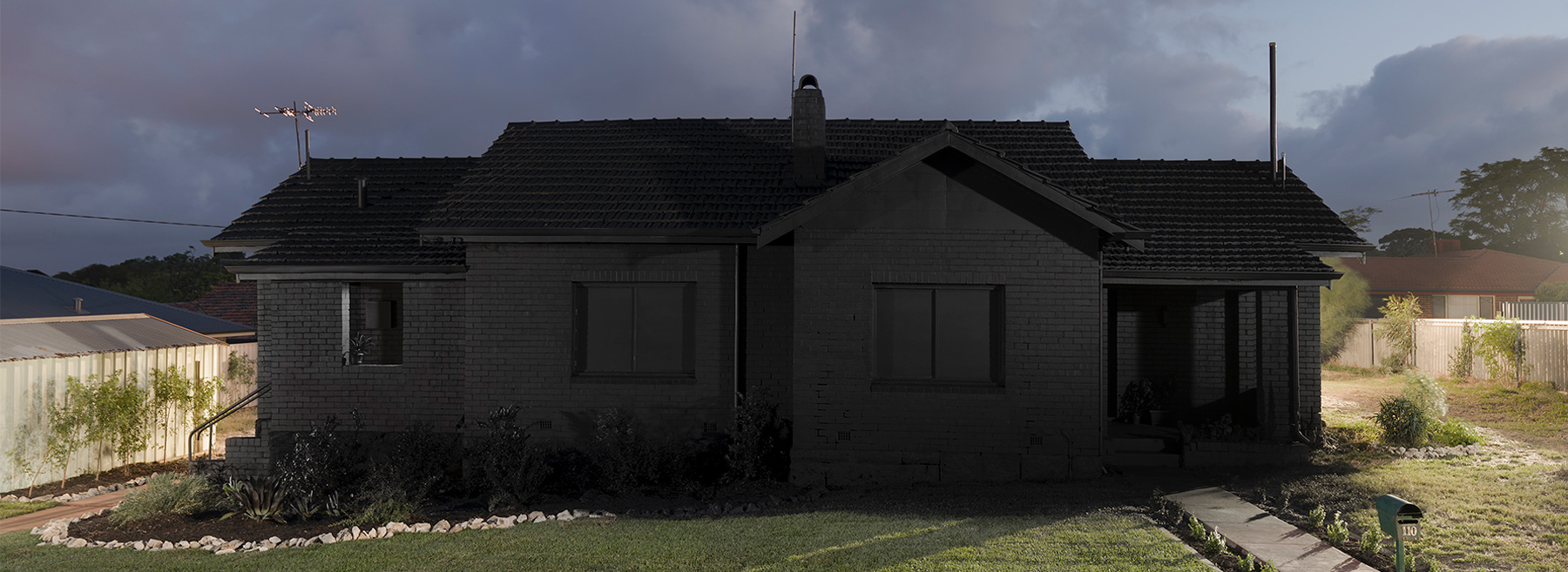 ian-strange-back-to-black-australian-suburbs-designboom-1800-1.jpg