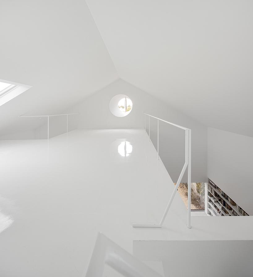 extrastudio-red-house-azeitao-portgual-fernando-guerra-designboom-10.jpg