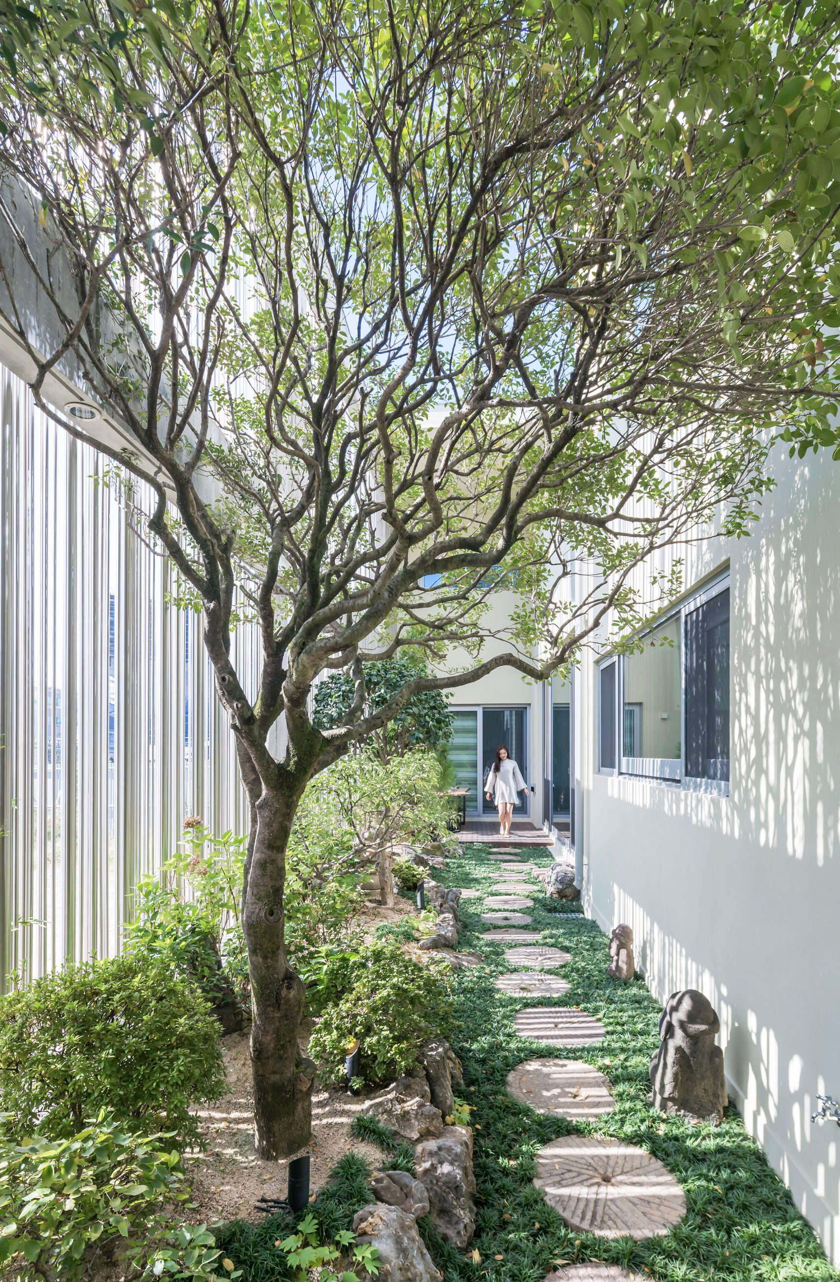 steel-grove-augmented-reality-architecture-residential-south-korea-courtyards-steel_dezeen_2364_col_6-1704x2600.jpg