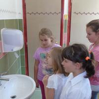 Így fogadták a gamási suli kisdiákjai az új mosdókat