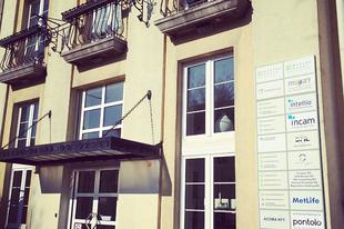 Keressetek minket a Bartók Udvarban! Most már tábla is jelzi, hogy itt vagyunk! :)