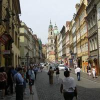 Turistákkal teli utca