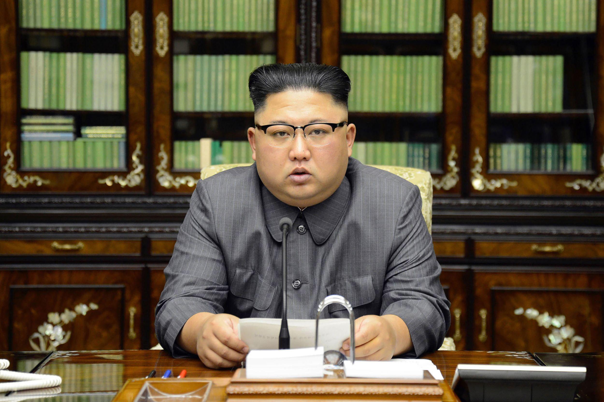 Újságírók a közzétett képekről kiderítették, hogy az észak-koreai diktátornak HTC telefonja, és Apple számítógépe van.