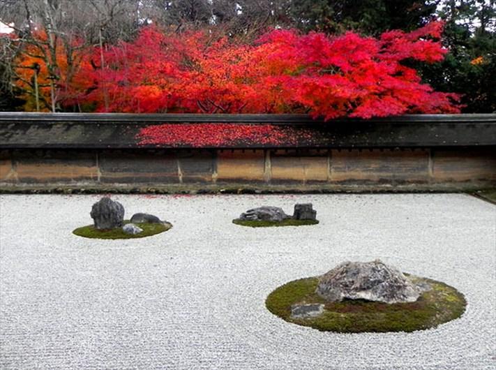 ryoanji-rock-garden-autumn-leaves.jpg