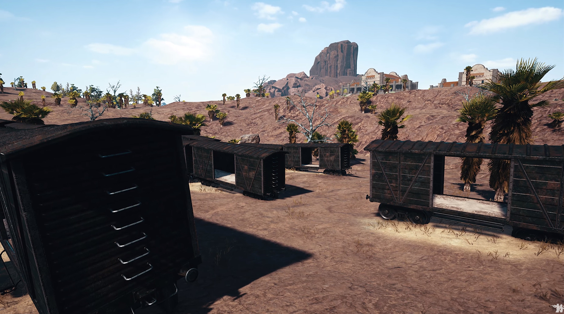 A vagonok jó búvóhelyként szolgálhatnak és a háttérben is érdekes épületek látszanak.<br />