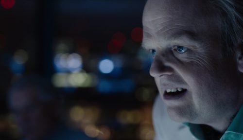 Toby Jones őrült és perzselő alakítást nyújt.