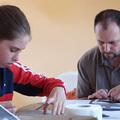 Apa és lánya együtt rajzol
