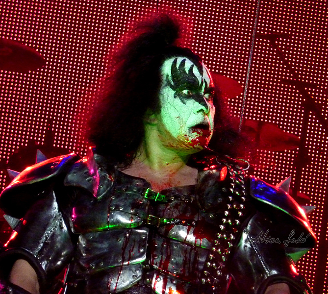 kiss_gene_simmons_kiss.jpg