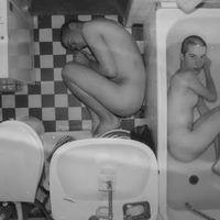 18+ Meztelenkedés a fürdőszobában ezerképpen, ezer képen – négy új Brodka-klip!