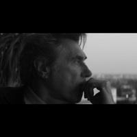 Bryan Ferry Todd Terjével közös dalának videójában is sármőrcsászár