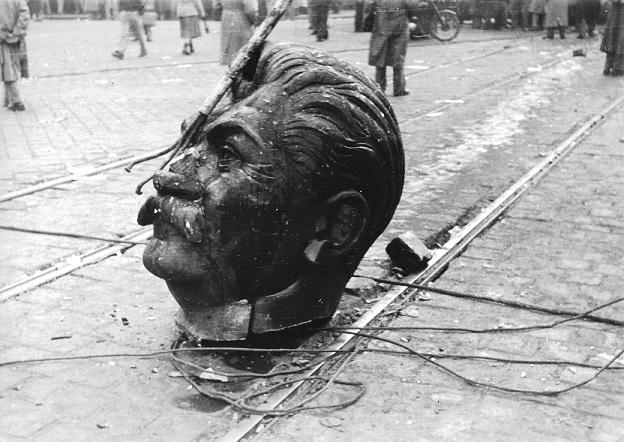 1956_a_budapesti_sztalin-szobor_elgurult_feje_fortepan_93004_kicsi.jpg