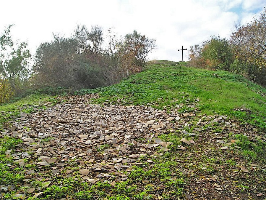 monte_testaccio_a_huge_pile_of_discarded_amphorae.JPG