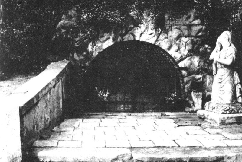 1987_szentsir-barlang_a_szoborral.jpg