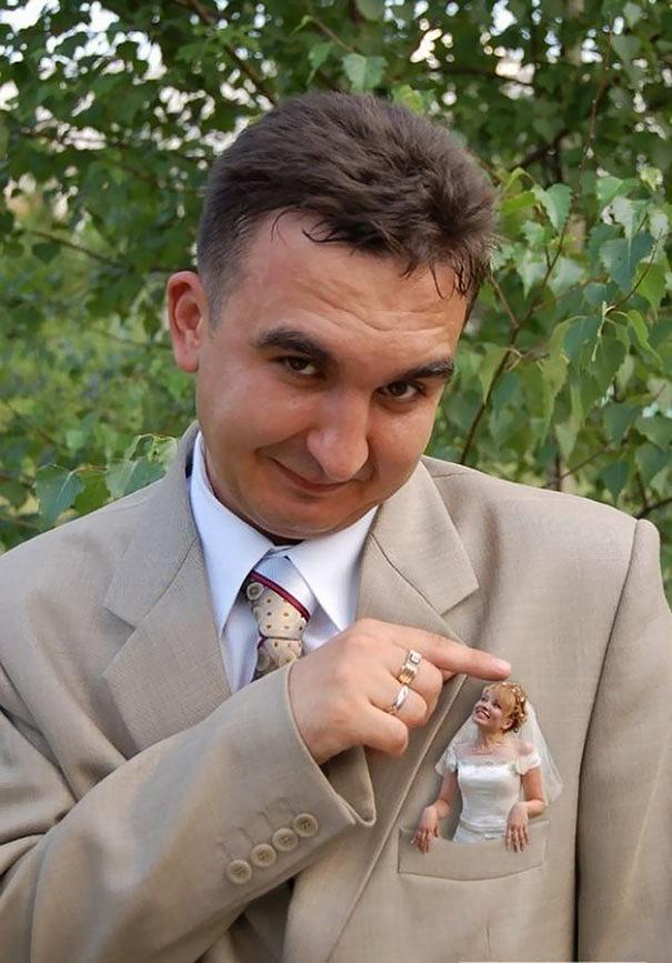 A vőlegény úgy érzi, zsebre vágta a menyasszonyt. A fotós pedig szó szerint vette, és elkészítette ezt a képet.