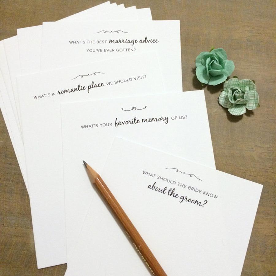 Készíts kártyákat, melyekre kérdéseket írsz, és oszd szét a násznép között, hogy válaszoljanak rájuk. Íme, néhány ötlet!<br />- Mi volt a legjobb házassági tanács, amit valaha kaptál?<br />- Milyen romantikus helyre kellene ellátogatnunk?<br />- Mi a kedvenc emléked rólunk?<br />- Mit kellene tudnia a menyasszonynak a vőlegényről?