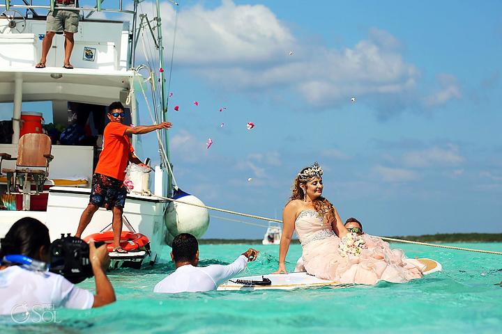 Miután kihajóztak száz vendéggel a tengerre, a menyasszonyt szörfdeszkára ültették, hogy ne kelljen a mély vízben úsznia ekkora ruhában. Így szállították el a homokdűnéhez, ahol jóval sekélyebb volt a víz.